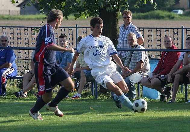 Petrovičtí fotbalisté (v bílém) si poradili s Mikulovicemi.