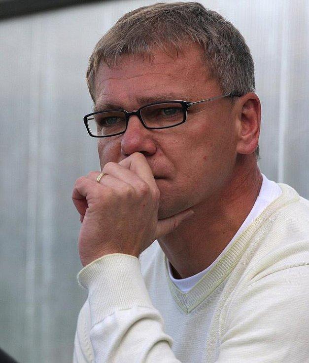 Zamyšlený trenér Karviné Jiří Balcárek.