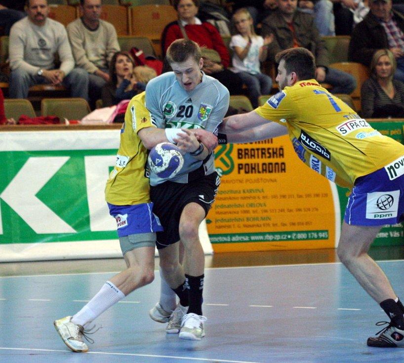 Ondřej Šulc (v šedém) patřil v zápase proti Dukle k nejlepším hráčům Baníku. Pěti brankami se podílel na devastaci soupeře.