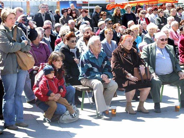O májové slavnosti byl na náměstí Republiky velký zájem.