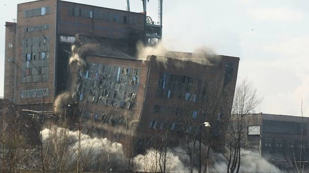 Budova staré úpravny uhlí se řítí k zemi.