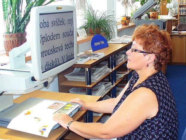 Slabozrakým pomáhá při čtení počítačová lupa