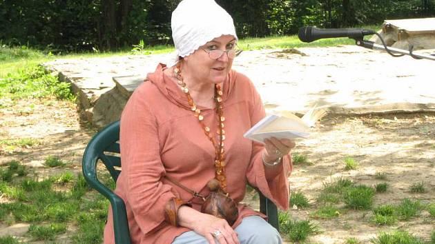 Marta Gelnarová z literární skupiny S.P.I. na Malém básnickém festivalu.