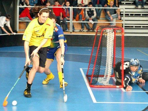 Florbalisté Torpeda Pegres Havířov (žluté dresy) porazili Pepino Ostrava na jeho palubovce a už se těší na velké finále extraligy.