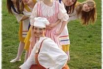 Netradiční snímek souboru Permoník zachycuje protagonistky dětské opery Vepřové hody.