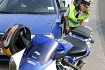 Policisté zkontrolovali několik motocyklistů.