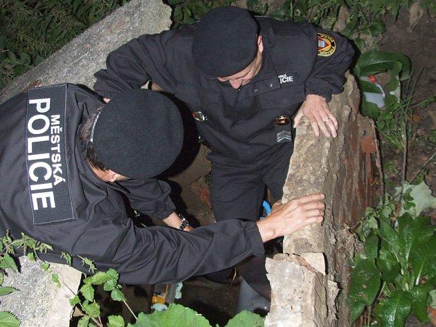 Strážníci zastavili únik vody ve zbořené šachtici