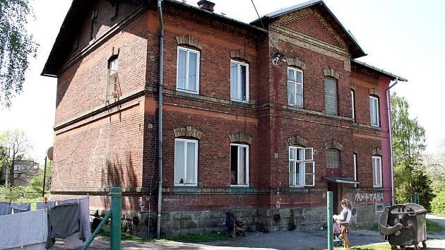 Starý nádražní domek obývají tzv. nepřizpůsobiví lidé, s nimiž si město neví rady.