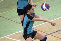 Mladé volejbalistky vyhrály jedno venkovní utkání, ovšem přišly o Gabrielu Lupinskou (na snímku s míčem).