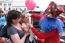 Kulaté červené nosy na obličejích dětí i dospělých razily v nedělním odpoledni na náměstí v Karviné-Fryštátě během oslav Mezinárodního dne dětí.