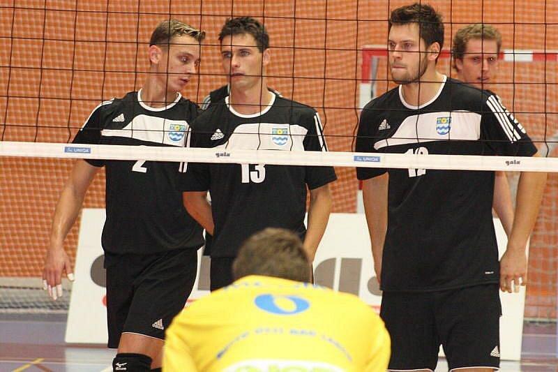 Volejbalisté Slavie Havířov (tmavé dresy) nestačili v úvodním zápase extraligy na posílené Ústí nad Labem.