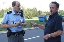 Opilý řidič žádá policistu o další pokus v dechové zkoušce na alkohol.