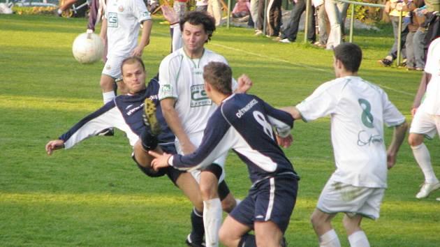 Martin Špička (zcela vlevo) si dal proti Stonavě hattrick.