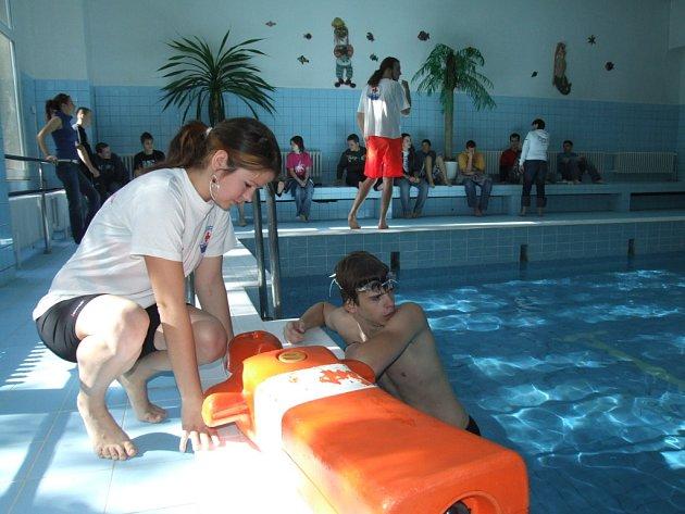 Vodní záchranáři na krytém bazénu