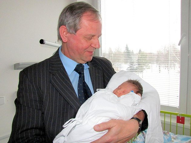 Primátor Havířova Zdeněk Osmanczyk s prvním miminkem roku 2011 Sebastiánem Černým