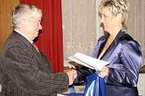Starostka města Šenova Darja Kuchařová předává ocenění bývalému šenovskému starostovi Karlu Houdkovi.