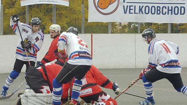 Hokejbalisté Karviné vyhráli v posledním kole v Třinci a jdou do baráže.