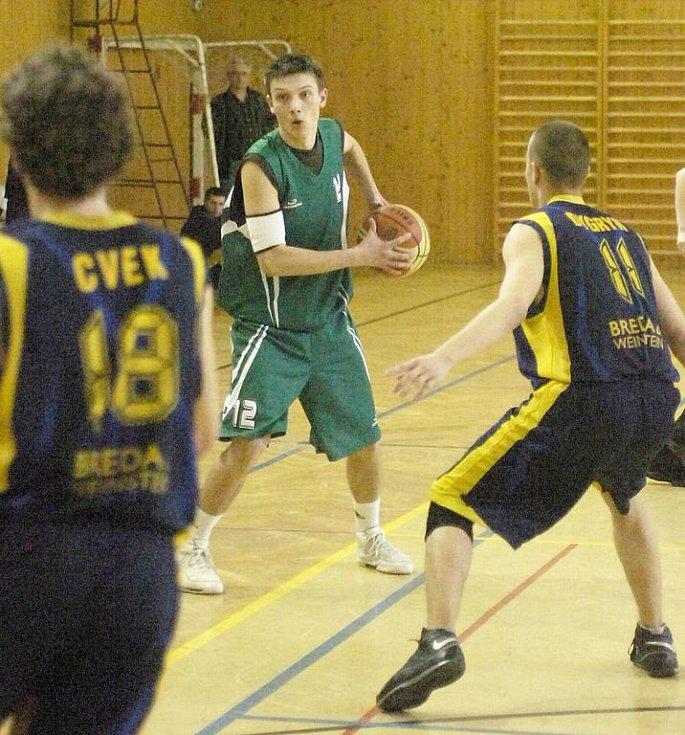 Karvinští basketbalisté (v zeleném) v pátečním duelu s Opavou C.