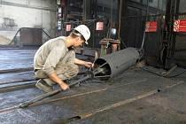 Pracovník VOKD připravuje sondu, pomocí které se průběžně měří výška zásypu šachty a současně i koncentrace důlního plynu metanu.
