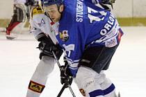 Orlovští hokejisté (v modrém) zdolali Valašské Meziříčí i potřetí a postupují do finále.
