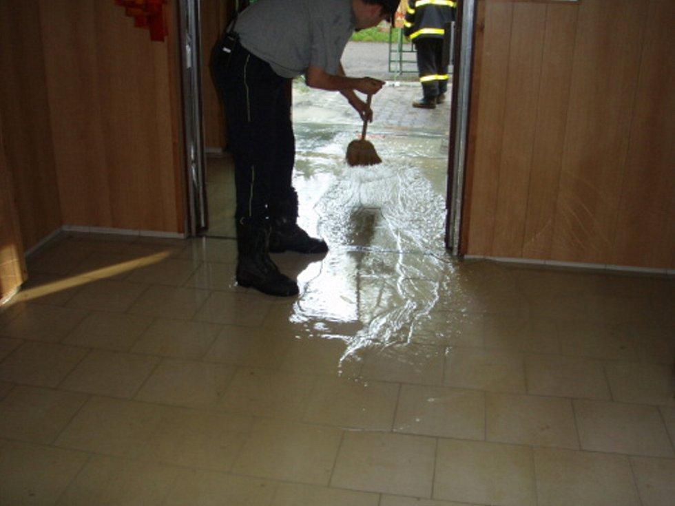 Voda z prasklého potrubí napáchala škodu ve školce
