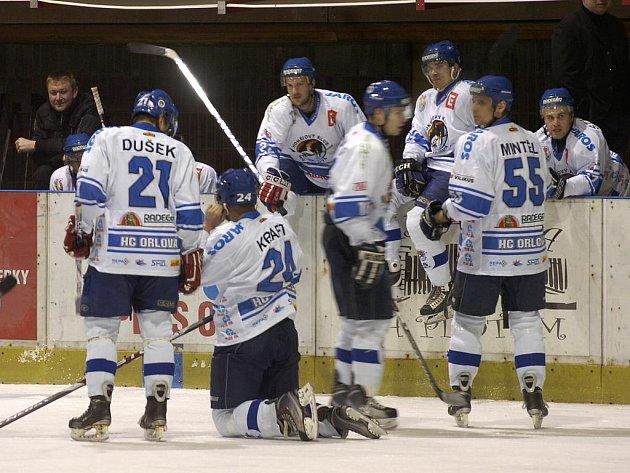 """Orlovští hokejisté si před klubovým plesem """"zaplesali"""" i na ledě."""