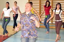 Finalistky trénují s tanečním mistrem. Ilustrační foto