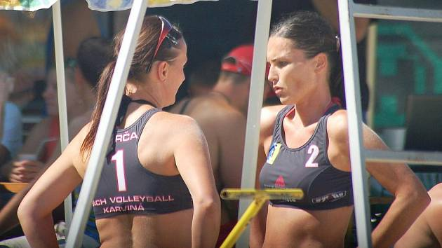Na karvinském letním koupališti se v sobotu hrál turnaj v beachvolleyballu nazvaný Radegast Open