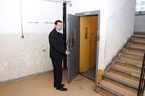 Dům hrůzy na Střední 3 v Šumbarku, Petr Smrček z MRA ukazuje na výtah, který bude rekonstruován