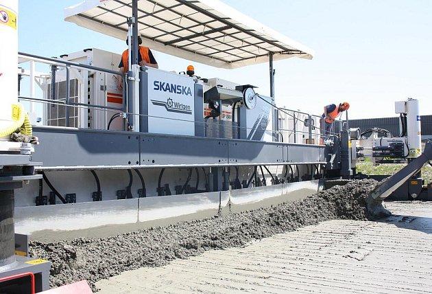 Dělníci, kteří stavějí dálnici z Bohumína směrem k polské hranici, ve středu předvedli, jak funguje nejnovější obří betonovací stoj, který k práci používají