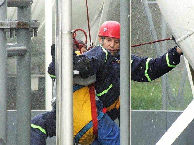 Hasiči se při zásahu museli zhostit dvou hlavních úkolů, ochlazování zásobníku a záchrany pracovníka.