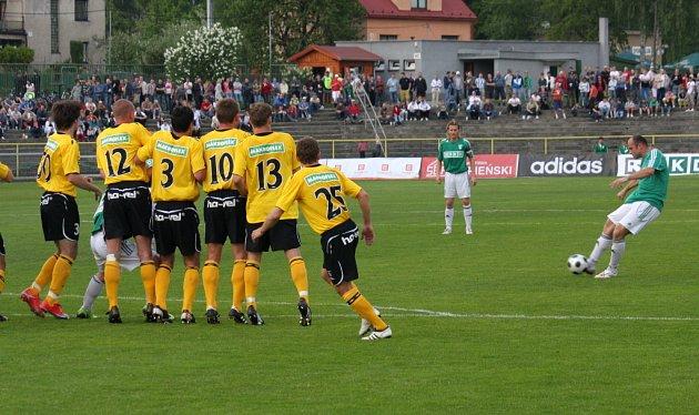 Martin Opic (vpravo) proměňuje přímý kop.