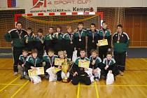 Vítězní mladší žáci házenkářského Baníku Karviná z turnaje v Prešově. Zcela vpravo trenérka Soňa Ortová.