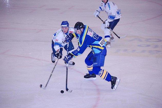 Orlovští hokejisté (bílé dresy) si přivezli všechny tři body i z Hané.
