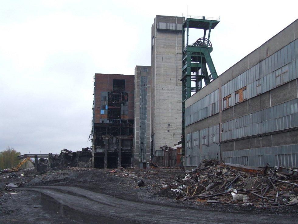 Těžní věž havířovského dolu Dukla šla k zemi.