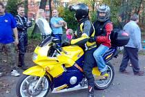 Děti z domova byly nadšené, že si mohou vyzkoušet jízdu na motocyklu.