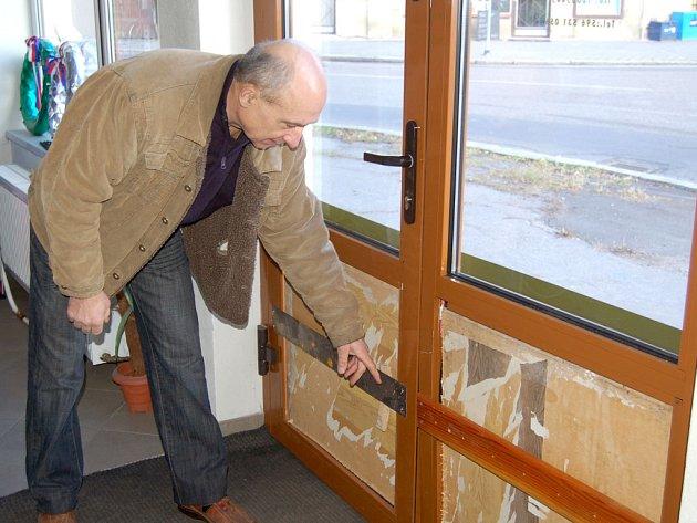 Lumír Firla ukazuje zničené dveře