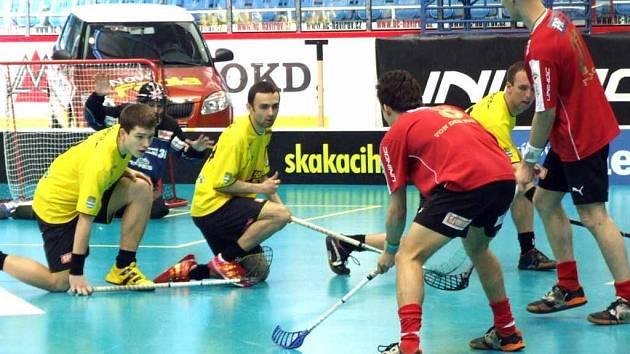 Florbalisté Pegresu (žluté dresy) v Praze na Czech open vypadli překvapivě v osmifinále s pražským Chodovem.