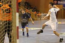 Krzysztof Lyžwa (v bílém) táhl házenkáře Baníku svými góly. Bylo to však málo platné.