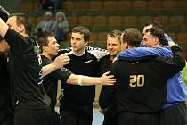 V posledním utkání porazili Havířované (v černém) Val. Bystřici a mohli se radovat.