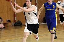 Mládežníci basketbalového Sokola (na snímku v bílém Karel Šeda) už jen dojíždějí sezonu.