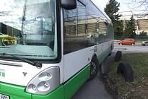 Také tento autobus zasáhl neznámý střelec.