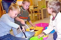 Děti z MŠ Masarykovy sady si zkoušejí montessori pomůcky během dne otevřených dveří v českotěšínském Montessori centru.
