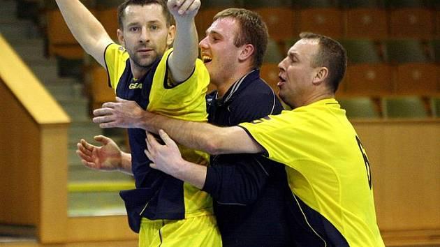 Letos v zimě, čili v minulém ročníku, se z prvenství v KFL radovali hráči Stroobu v čele s Markem Bielanem (vepředu). Jak tomu bude v novém ročníku karvinské futsalové soutěže?