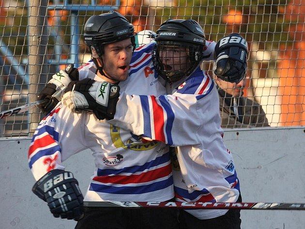 Hokejbaloví dorostenci Karviné se i v příští sezoně mohou radovat z extraligových gólů. Získali od Vsetína právo hrát soutěž mladšího dorostu.