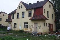 Kolonie Vagonka na pomezí Karviné a Petrovic, kde žije z větší části romské obyvatelsko, se postupně vylidňuje. Radnice coby vlastník domů, ji chce srovnat se zemí a nájemníci stěhuje do bytů ve městě.