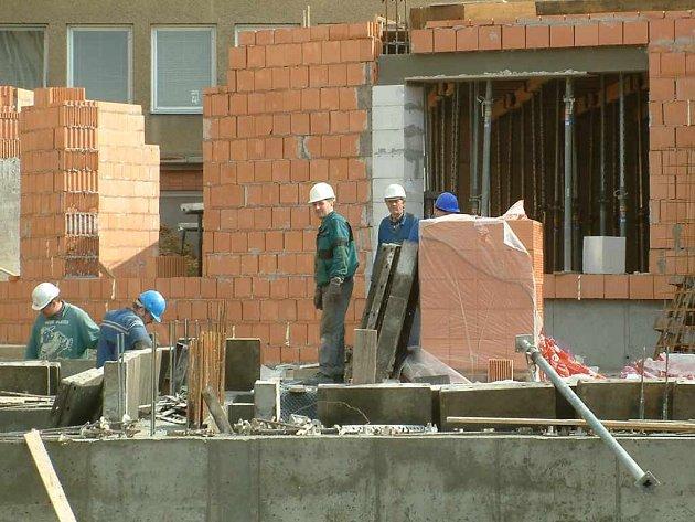 Nejvyšší poptávka u zaměstnavatelů je i po zednících.