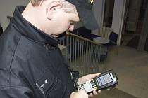 K ověřování totožnosti kontrolovaných osob používají policisté malý přenosný počítač.