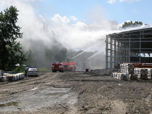 Požár výrobní haly v Petřvaldě