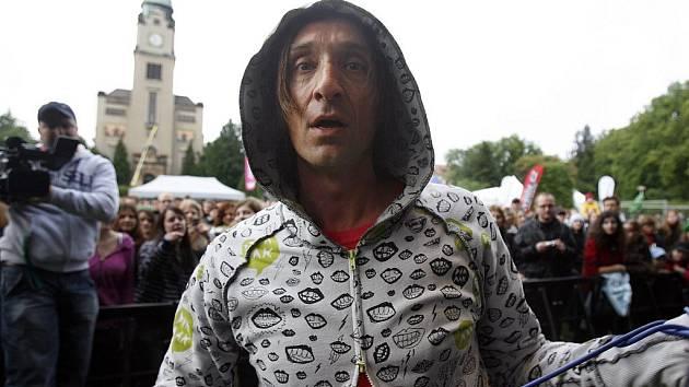 Na festivalu Dokořán se představí také populární česká kapela Sunshine v čele se zpěvákem Kayem Buriánkem.